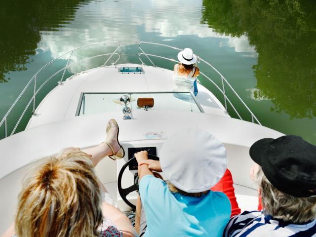 Famille sur le pont d'un bateau d'Anjou Navigation